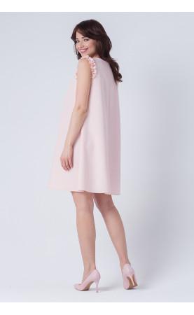 Jasnoróżowa sukienka o trapezowym kroju, Modne stylizacje na wesele dla kobiet w ciąży od Choice