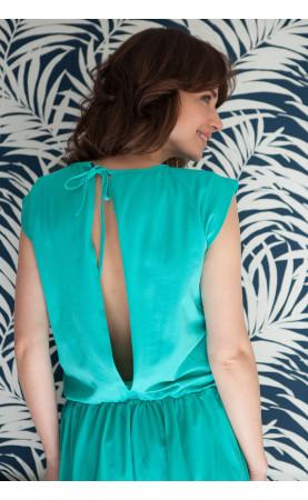 Zmysłowa sukienka z odkrytymi plecami, Sportowe stylizacje na wakacje od Choice